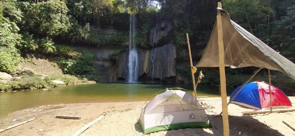 acampando en la cascada salto de oro