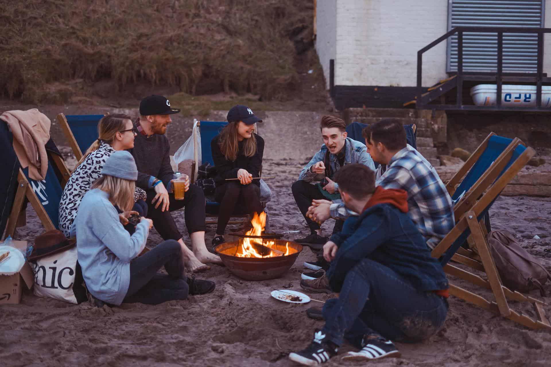 gente acampando en la naturaleza