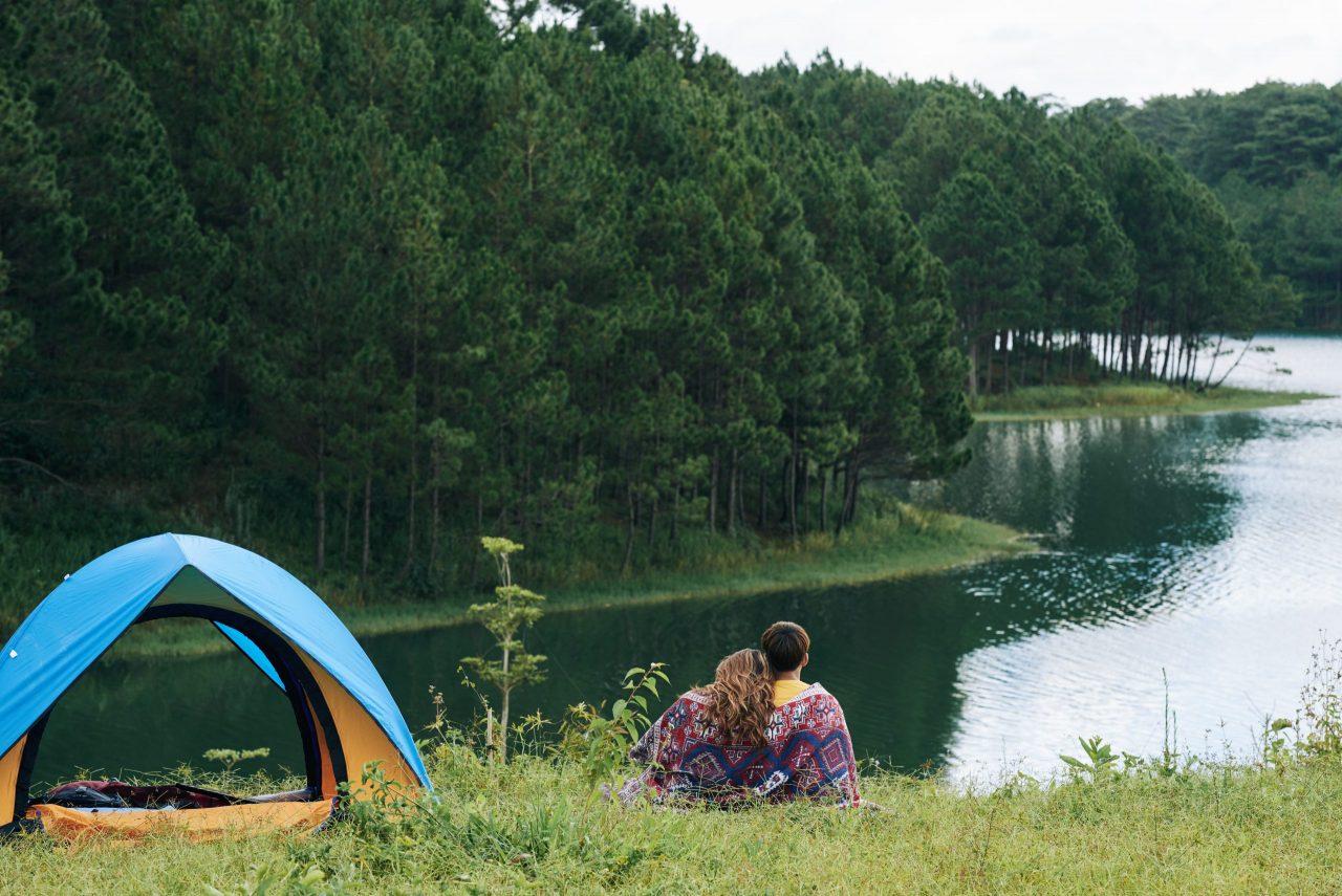 Camping frente a un lago